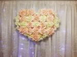 Srce od cveća i svetleća zavesa