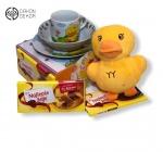 Torta od pelena sadrži: Plišanu patkicu, keramički set za ručavanje, 4 čokolade najlepše želje