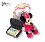 Cena: 3400 din Torta od pelena sadrži: Pelena 3, muzička plišana igračka Mini, bodić 6-9 mes.,kutiju i vlažne maramice.