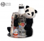 Cena: 2800 din Torta od pelena sadrži: Veliki plišani panda, veliku staklenu panda flašu,kinder jaje i veliki munchmallow