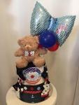 Cena: 4000 din Sadrži: pelene, plišanog medu, pamučni bodić sa kragnicom, 3 para čarapica i baloni