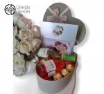 Slatki paket sadrži: Kutija, J.P Chenet colombard shardonnay 0.20l , J.P Chenet rose 0.20l, ferrero rocher. Cena: 3500din /54