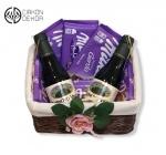 Slatki paket sadrži: Pletenu korpu, 3 milka čokolade, 3 milke leo i 2 kupinova vina. Cena: 3000din /36