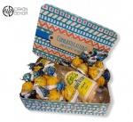 Slatki paket sadrži: Metalna kutija puna čokoladnih bombona Adwokat, Somersby pear upakovano, sa mašnom i čestitkom Cena 2300 din / 64