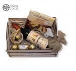 Slatki paket sadrži: Drvena gajbica,crveno špansko vino Vega Eslora 0.75l, ferrero rocher, bombonjera. Cena : 3500din /61
