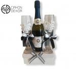 Slatki paket sadrži: Kutija, šampanjac,2 vinske čaše.Cena: 3200din /53