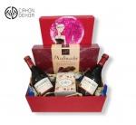 Slatki paket sadrži: Kutija,2 J.P Chenet cabernet 0.20l,syrah,praline,papagena kokos kuglice,metalna kutija. Cena: 3000din /49