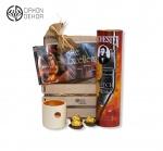 Slatki paket sadrži: Drvena gajbica, scotch whisky 0.7l,ferrero rocher,bombonjera,mirisna sveća.Cena: 4000din