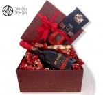 Slatki paket sadrži: JP Chenet Brut, crnu čokoladu Chilli, Ferrero Rocher i čokoladne bombone sa kikirikijem. Cena: 4000din