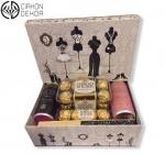 Paket sadrži: luksuznu kutiju, ferrero rocher, luksuzno belo vino u limenci, fashion lepezu