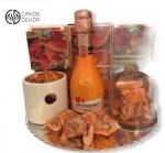 Paket sadrži: drvenu kutiju organizator za čajeve, kesice fructis voćnog čaja, svećnjak, staklenu posudu, Chenet fashion peach, ukusne Papagena kuglice