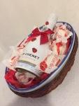 Poklon paket sadrži: Keramičku činiju za voće u pletenoj korpi, francusko penušavo vino J.P. CHENET ICE EDITION 0.20l i Raffaelo kuglice Cena: 2500 din/89