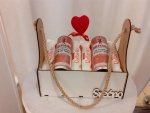 Poklon paket sadrži: Drvenu gajbicu, Raffaelo kuglice, Gin and Tonic BEEFEATER LONDON pink strawberry Cena: 2200/93