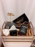 Poklon paket sadrži: drvenu gajbicu, Whiskey Jack Daniels 500ml, Dark chocolate Flaked Truffles praline, čokoladu DELICADORE sa punjenjem od viskija, leptir mašnu, srebrne dugmiće za manžetne, kikiriki Cena: 6000din