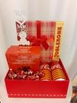 Poklon paket sadrži: Ukrasnu kutiju, Truffeles fantaisie, čokoladne bombones akikirikijem, coca-colu zero sugar orange i zero sugar lemon, toblerone Cena: 2500din/90