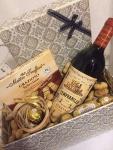 Cena: 3000 din/75 Poklon paket sadrži: ukrasnu kutiju, crveno špansko vino Vega Eslora 0.75l, Ferrero Rocher čokoladne kuglice, bombonjeru Gracioso Selection Italian style 4 ukusa, kikiriki