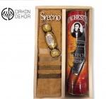 Cena: 3500 din sadrži: Whincester Schotch Whisky 0.70l u metalnoj kutiji, frotirski peškir i Fererro Rocher u drvenoj gajbici