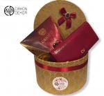 Cena: 4000 din.  Poklon paket sadrži: ženski novčanik, Kraš bombonjeru sa višnjom u luksuznoj zlatnoj kutiji