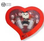 Cena: 1800 din Poklon paket sadrži: medu diplomca, Smirnoff ice, munchmallow, ukrasna kutija u obliku srca