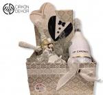 Cena: 6000 din . Poklon paket sadrži: Luksuzna kutija sa šampanjcem, kasica za novac ( mladenci i kolima) nož za sečenje torte i lopatica