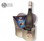 Cena: 3000 din Paket sadrži: HOLA penušavo polusuvo vino sa gepgrafskim poreklom, Kraš ledene kocke upakovano u ekskluzivnu ukrasnu kutiju