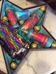 Cena. 4000 din Poklon paket sadrži: Luksuznu kutiju zvezdu, neseser sa ščjokicama, set za kupanje Tesori d Oriente dezodorans, u spreju, tečni sapun 300 ml, krema za tuširanje i Raffaello Rocher