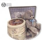 Paket sadrži: plišanog medu, metalnu kutiju za sitnice, prelep bebi ram za fotografiju