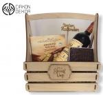 Cena: 3000 din Poklon paket sadrži: drvenu gajbicu sa Španskim polusuvim crvenim vinom 0.75l, tabakeru,  Gracioso selection čokoladna sa ukusom kapućina, amareta, tiramisu, espreso