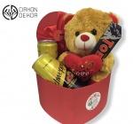 Cena: 2500 din Poklon paket sadrži: plišanog medu u ukrasnoj srce kutiji, Tobblerone i 2 schweppes sa ukusom hibiskusa i bergamonta