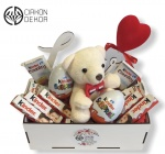 Cena: 2000 din. Poklon paket sadrži: Love drvena kutija,, meda, kinder čokolda, kinder county i kinder jaja