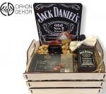 Cena: 6000 din Jack Daniels paket u drvenoj gajbici, Viski 0.5l, dugmad za košulju i leptir mašnu, belgian milk chocolate, matalnu ukrasnu tablu Jack Daniels