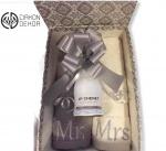Poklon paket sadrži: Peškiri 50x100 za MR & MRS uz bočicu Cheneta u luksuznoj kutiji. Cena: 4000din