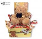 Paket sadrži: ukrasnu kutiju, plišanog medu, kinder bueno