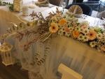 cvetna ikebana za mladenački sto