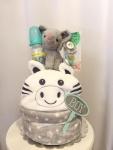 Cena: 4700 din Torta od pelena sadrži: pelene pampers vel. 3, plišana igračka, flašica, dve cucle, ćebe, slon