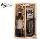 7. Wine box 1.: Italijansko belo vino, Mint chocolate, Tresori D Oriente aromatic soap, drvena gajbica Cena: 3500 din.