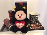 """13. Gift box 1.: plišana pčelica koja izgovara """"I love you"""", De Luxe Grand kafa, Mars čokoladice, Hell energy drink, crni drveni ram za 3 fotografije, upakovano sa mašnom Cena: 3500 din"""