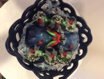 15. Blue gift: keramička činija za voće, set od 6 prstenova za salvete, staklena vazica za cveće Cena: 2000 din