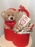4. Sweet love: plišani meda, Kinder bueno, Kinder surprise, Raffaello, ukrasna kutija srce, upakovano sa mašnom Cena: 5000 din