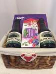 17. Gift box 2.: kupinovo vino, čaj od šumskog voća, Milka praline lešnik, pletena korpa, upakovano sa mašnom Cena: 3200 din