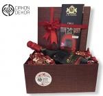 8. Red box -JP Chenet francusko vino, JD Gross chilli čokolada, čokoladne bombone sa kikirikijem, ukrasna kutija  Cena: 4000 din.