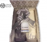 6. Mr&Mrs box: frotirski peškir Mrs, frotirski peškir Mr, J.P. Chenet ice edition penušavo francusko vino, ukrasna kutija Cena: 4000 din