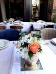 cvetni aranžman za stolove za goste